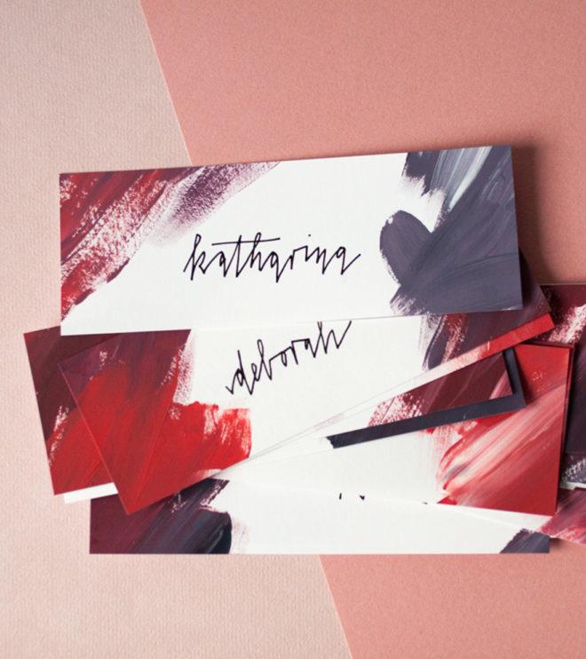 Handgeschriebene Platzkarten aus dem Hcohzeitspapeterie-Set Famos Pastos