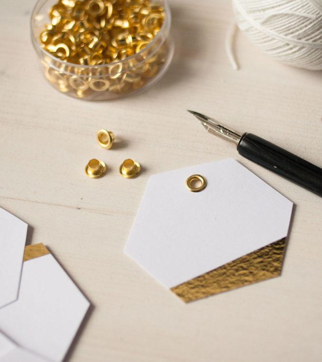 geometrische Anhänger mit Kalligrafie und Goldakzent