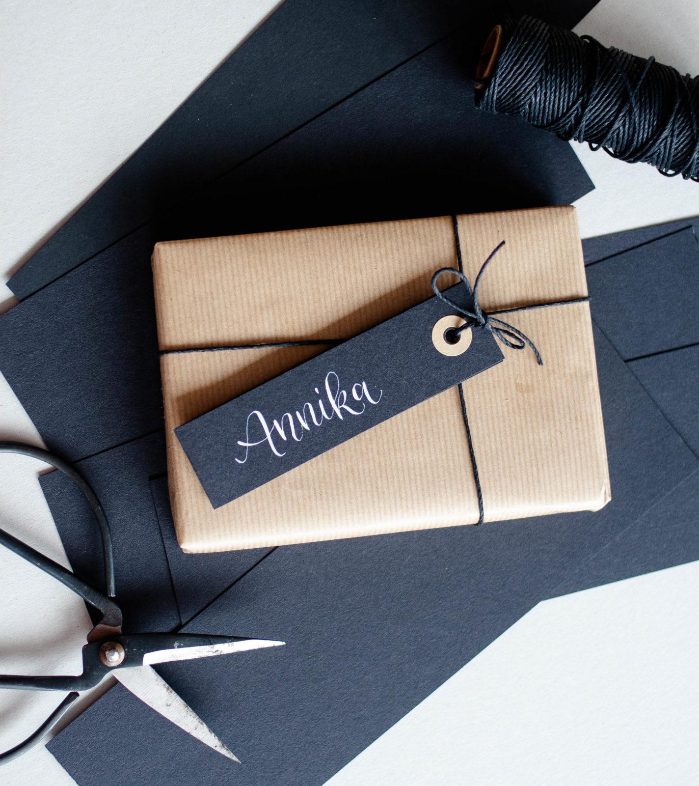Schwarze Geschenkanhänge rmit Kraftpapier Akzent