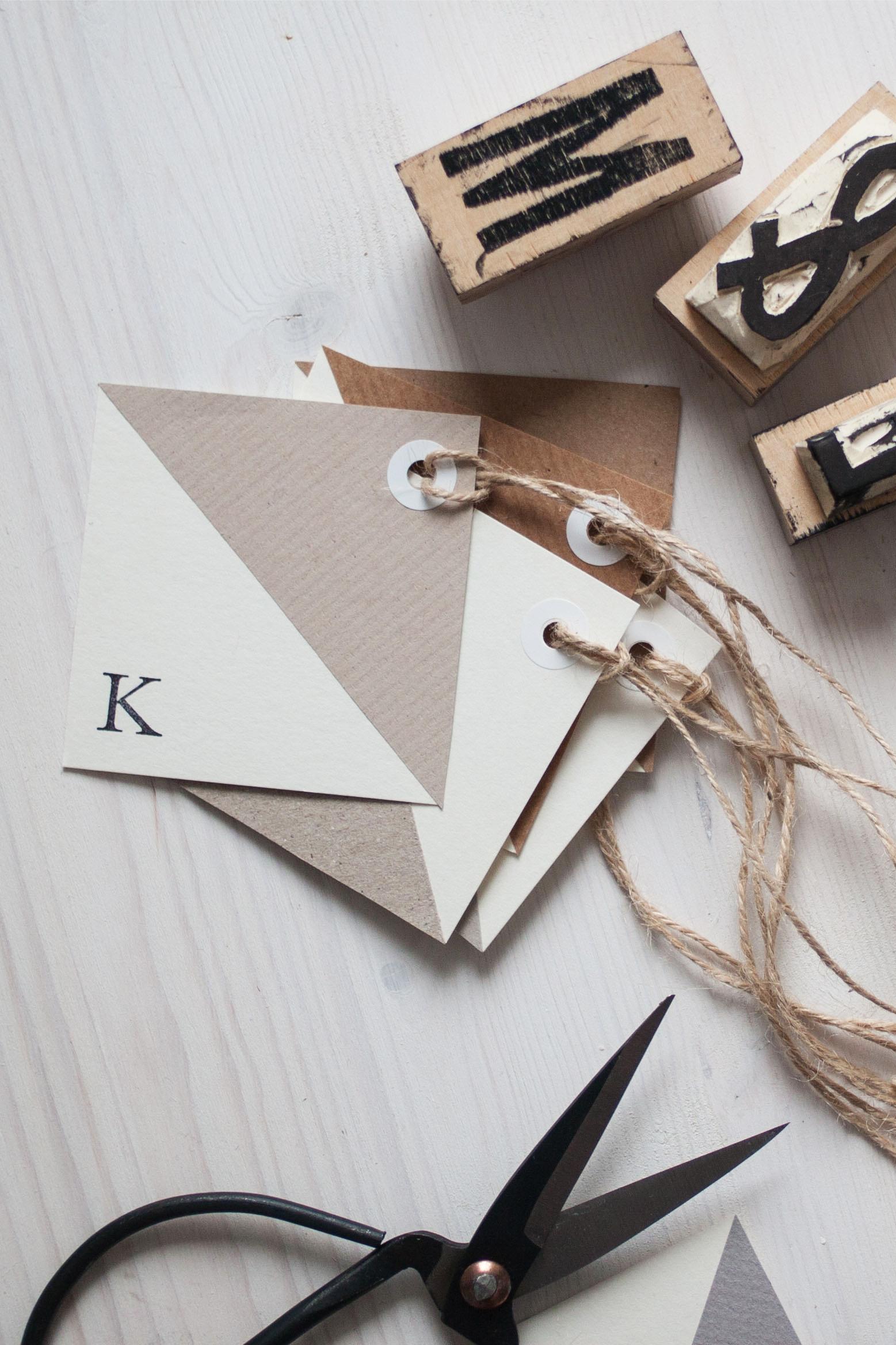 Quadratische Geschenkanhänger mit Stempeln beschriften