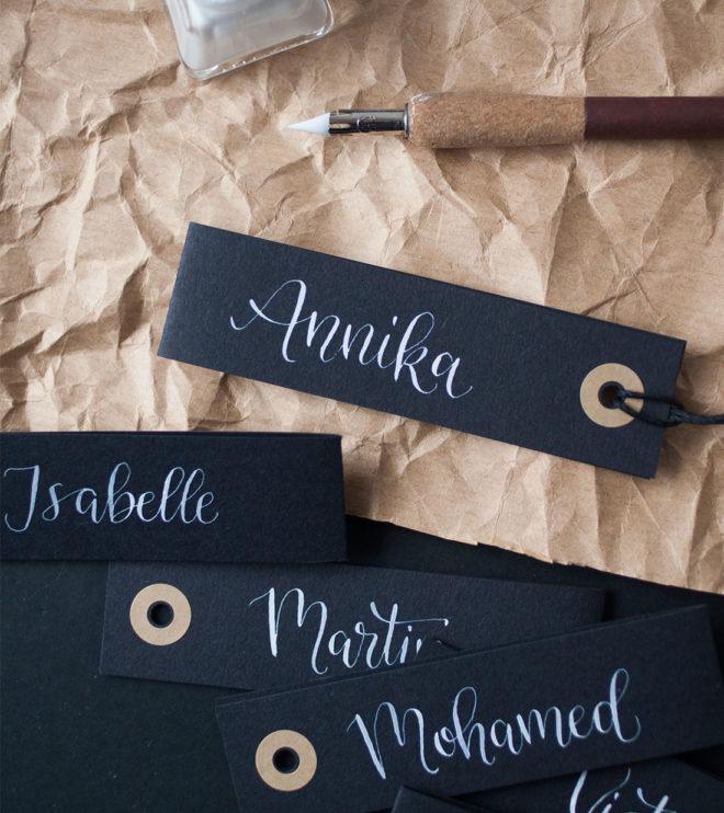 Schwarze Geschenkanhänger mit individueller Kalligrafie Spitzfeder