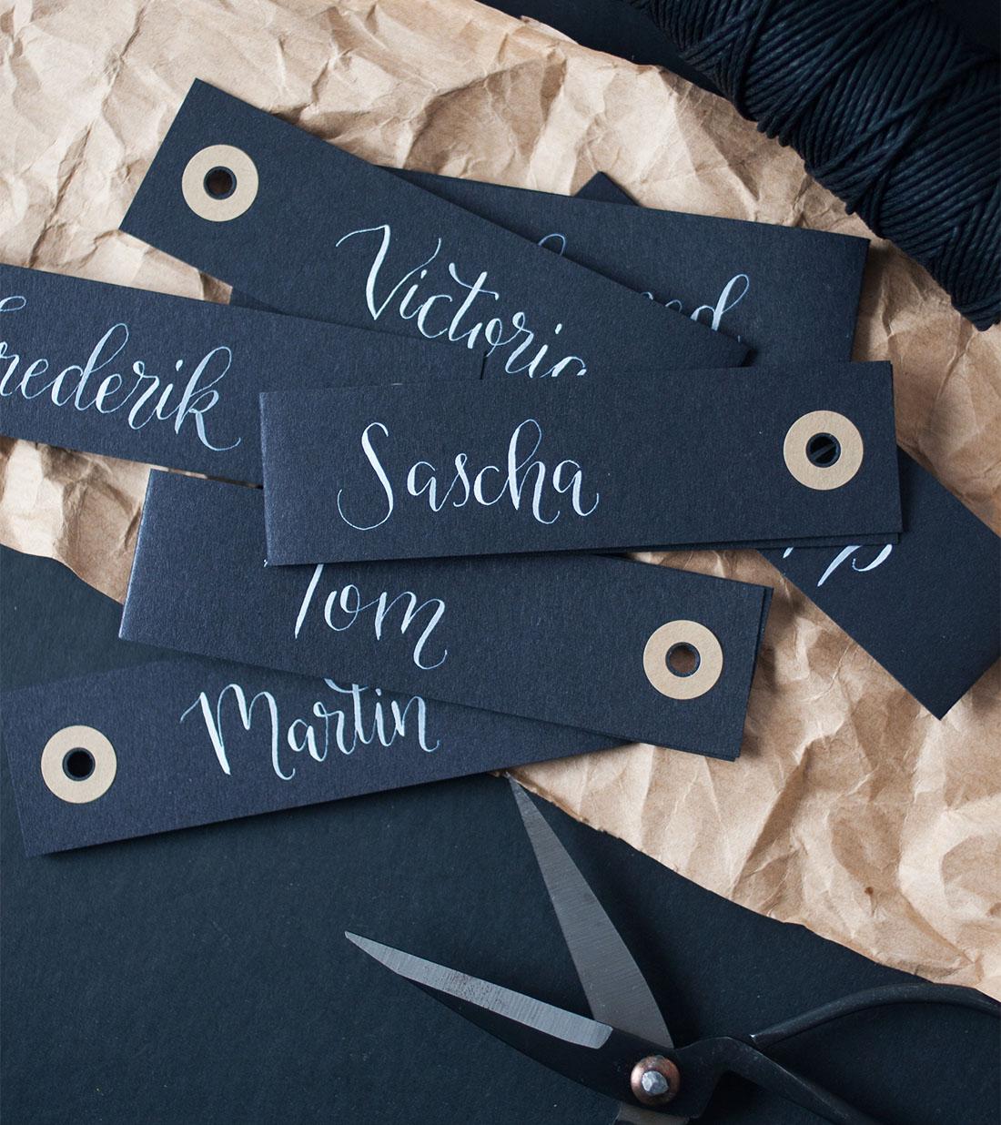Schwarze Geschenkanhänger mit individueller Kalligrafie individuelle Beschriftung