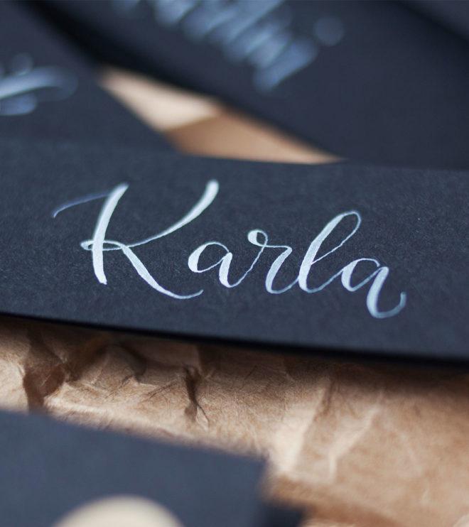 Schwarze Geschenkanhänger mit individueller Kalligrafie Detail