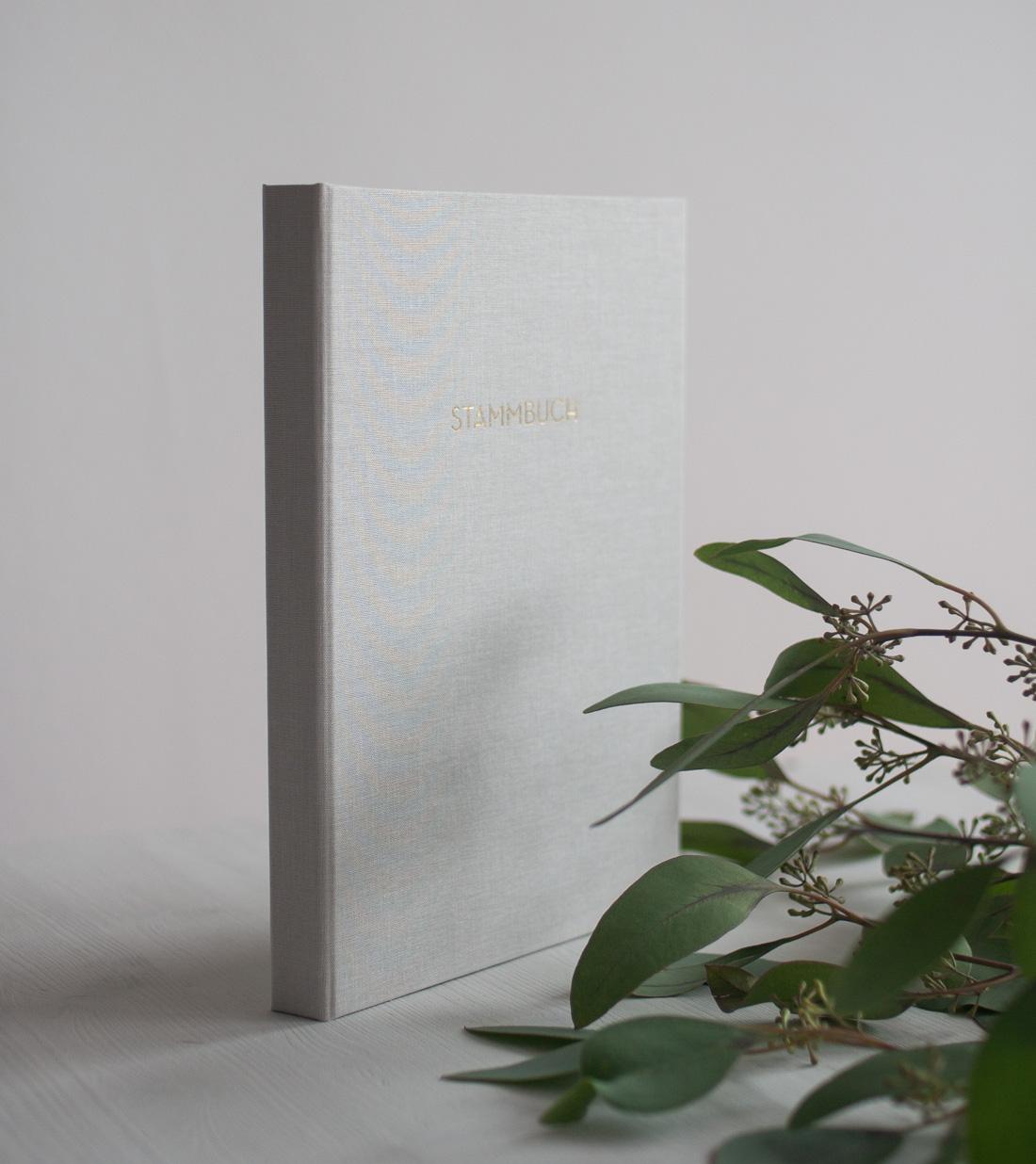 Edles Stammbuch mit besonderem Leineneinband mit glänzender Goldprägung