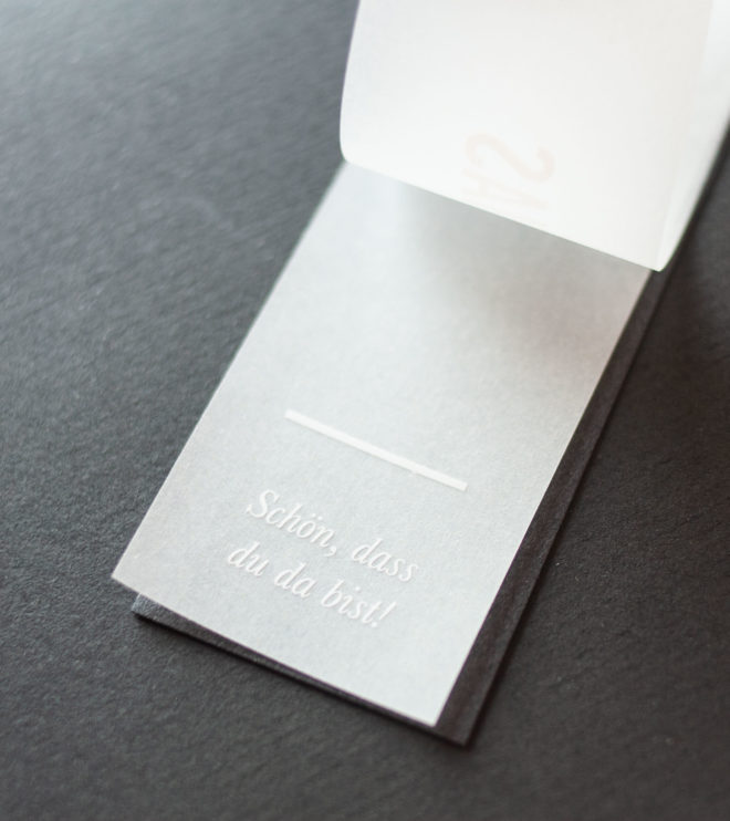 Besondere und schlichte Namenskärtchen mit Transparentpapier