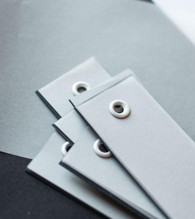 Schlichte Namenskärtchen mit Transparentpapier und Ösen