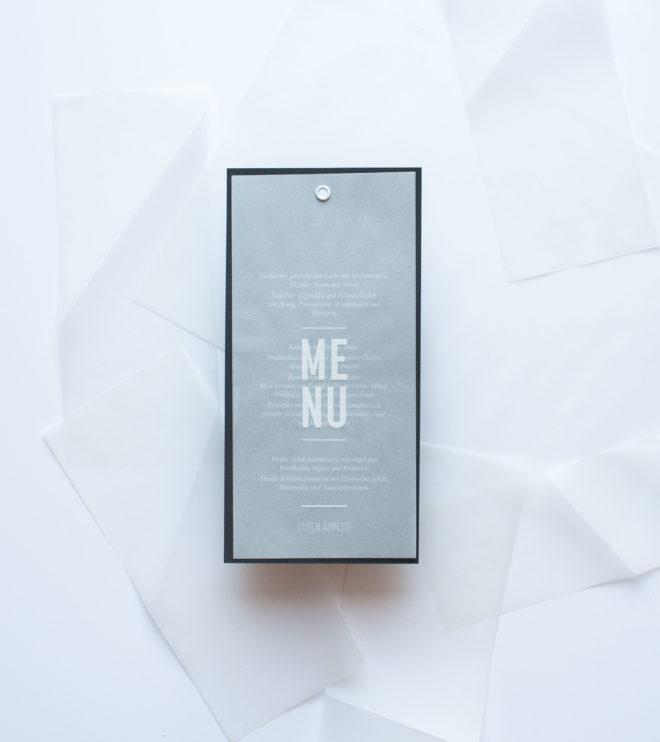 Schlichte Menükarte mit moderner weißer Schrift und weißer Öse