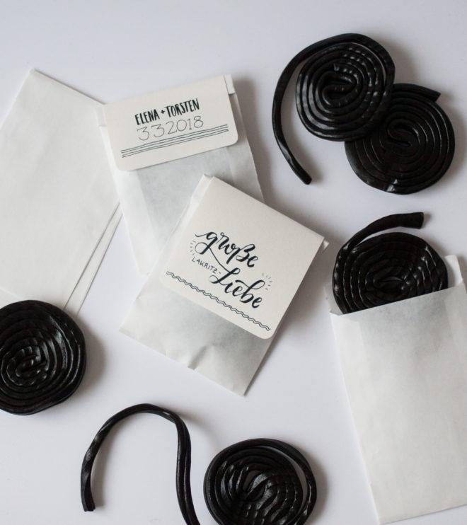 Gastgeschenkaufkleber Lakritzschnecken mit Handlettering für die Hochzeit