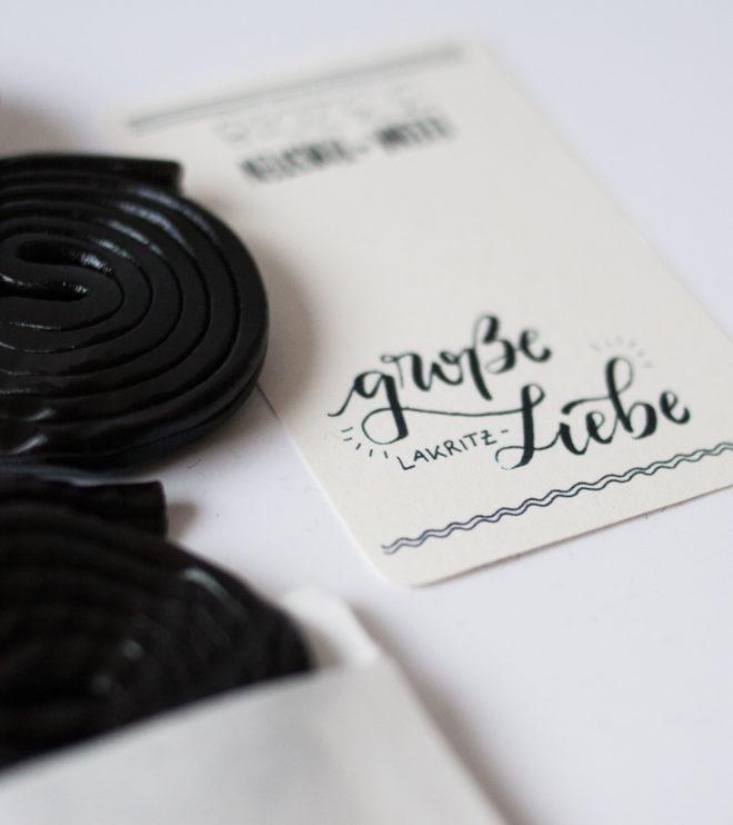 Gastgeschenkaufkleber Lakritz mit Handlettering für die Hochzeit