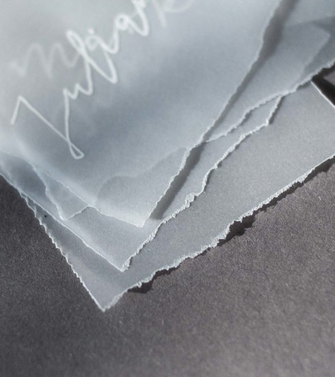 Transparente Namenskärtchen mit gerissenen Kanten