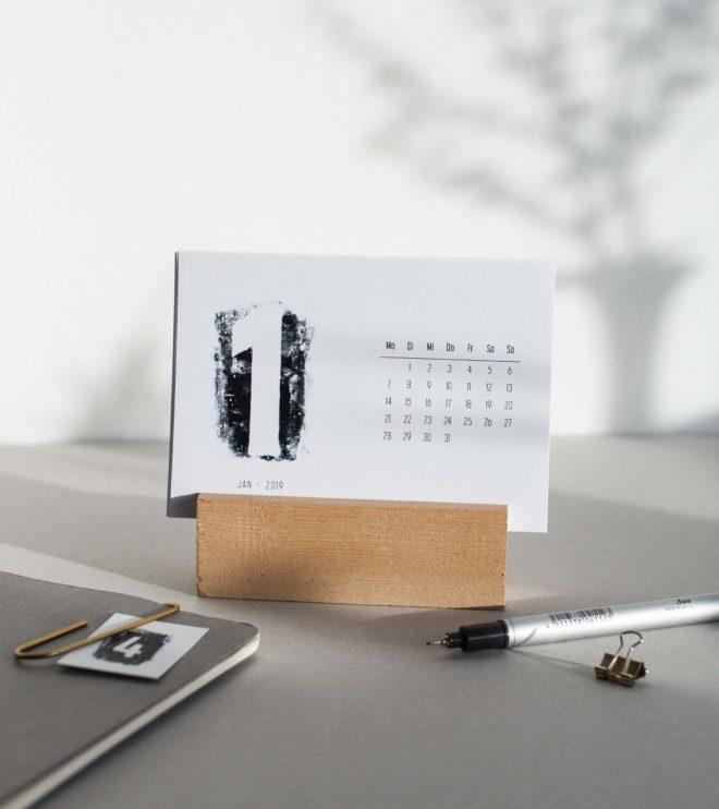 Schwarz-weiss Kalender Printable minimalistisch Schreibtisch