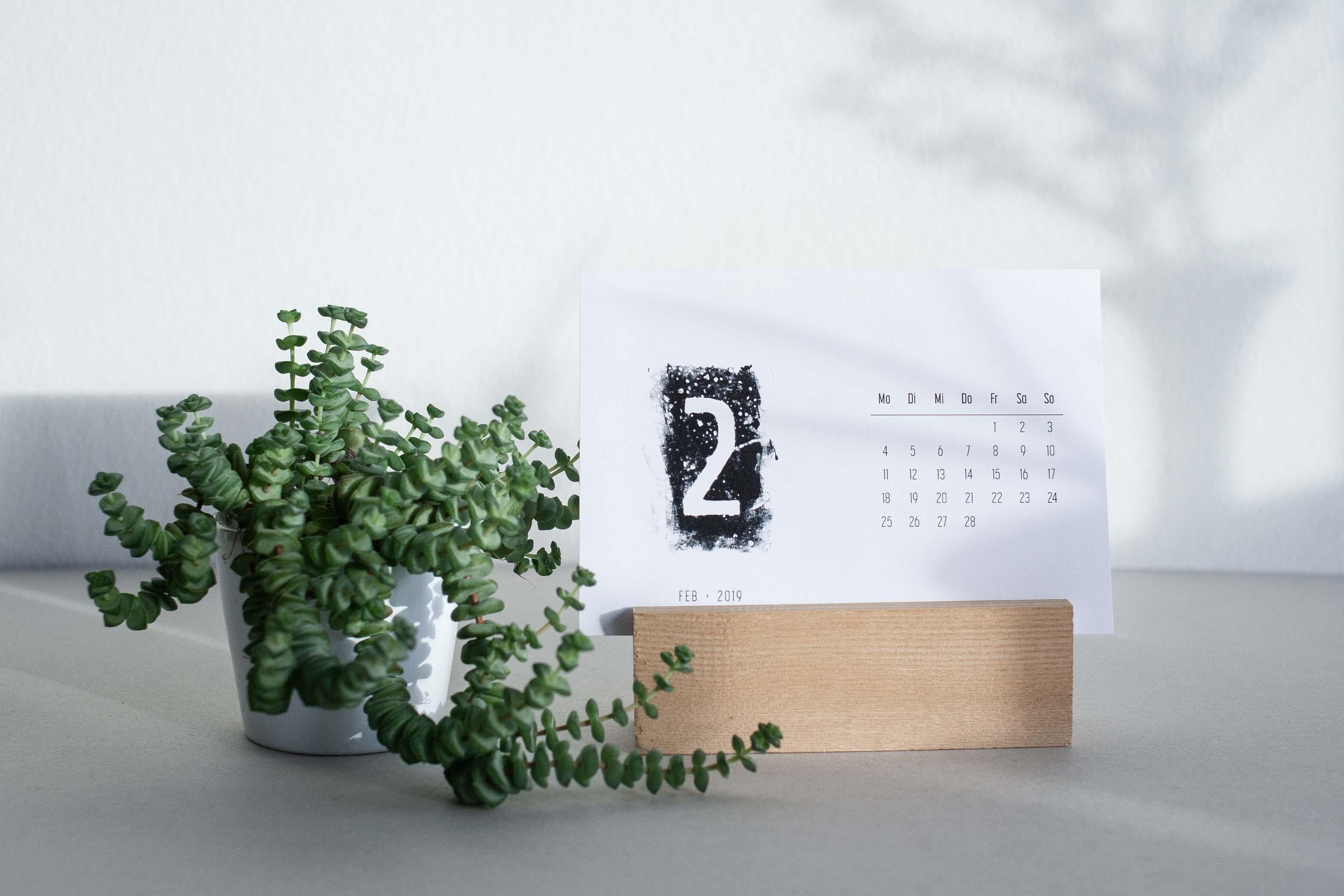 Schwarz-weiss Kalender im Postkartenformat für den Schreibtisch