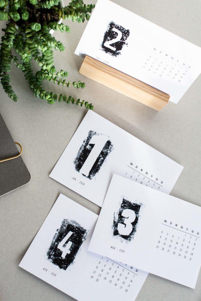 Schwarz-weiss Kalender im Postkartenformat für 2019