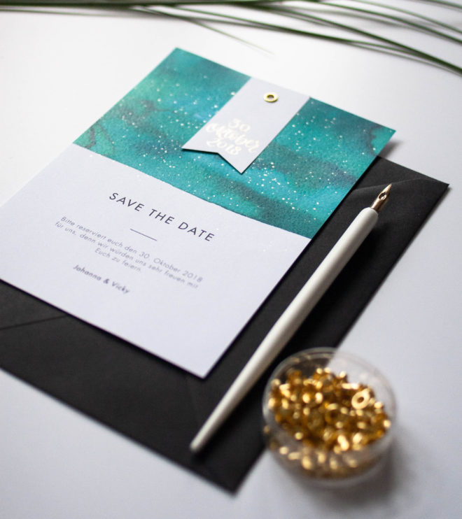 Moderne Save the Date Karte mit Goldakzenten