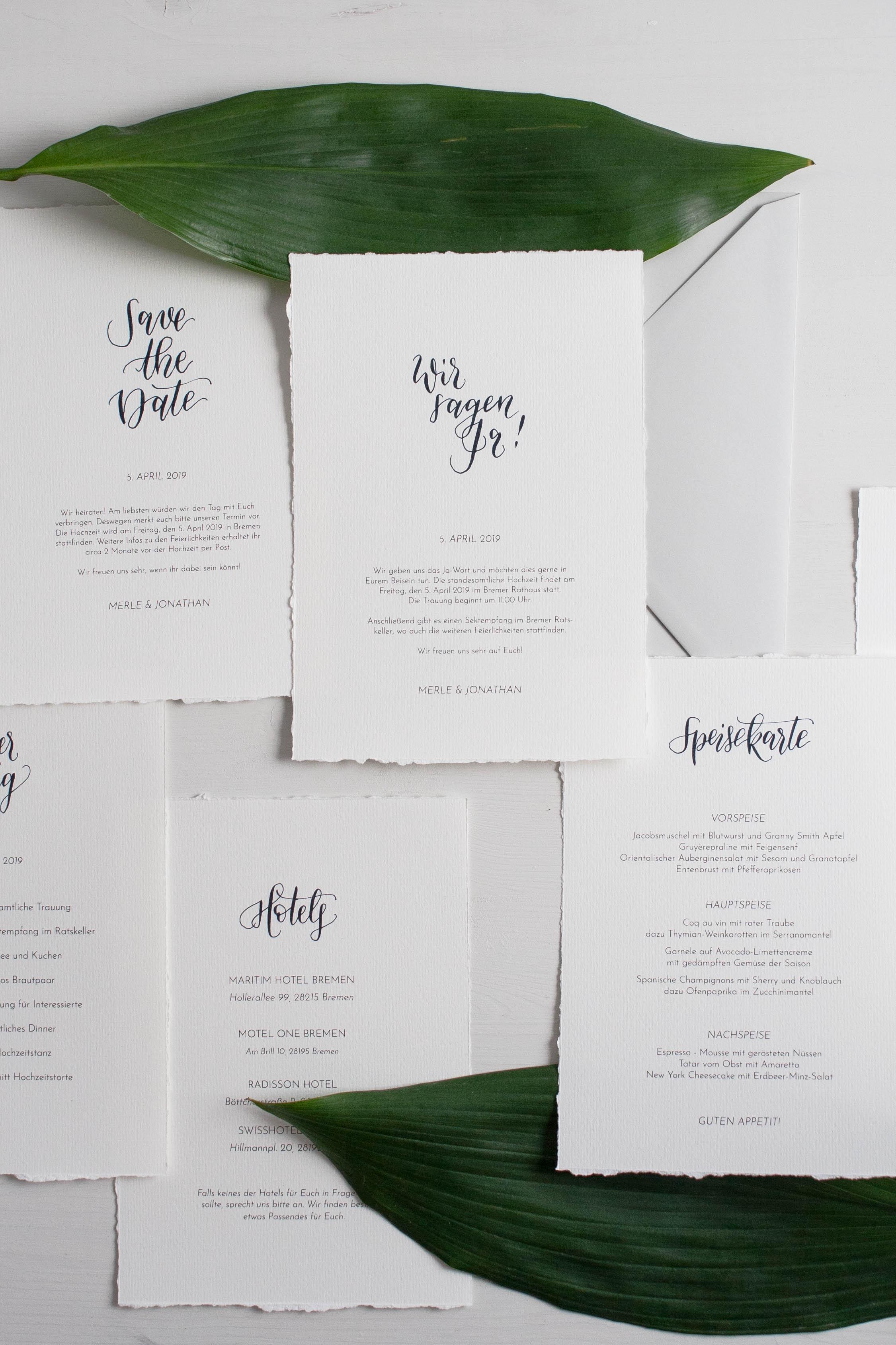 DIY Hochzeitspapeterie Set mit moderner Kalligrafie und gerissenen Kanten. So kreiert ihr eure eigenen besonderen Hochzeitseinladungen schnell und nach euren Wünschen. Kalligrafie Schriftzüge einfach downloaden und loslegen.