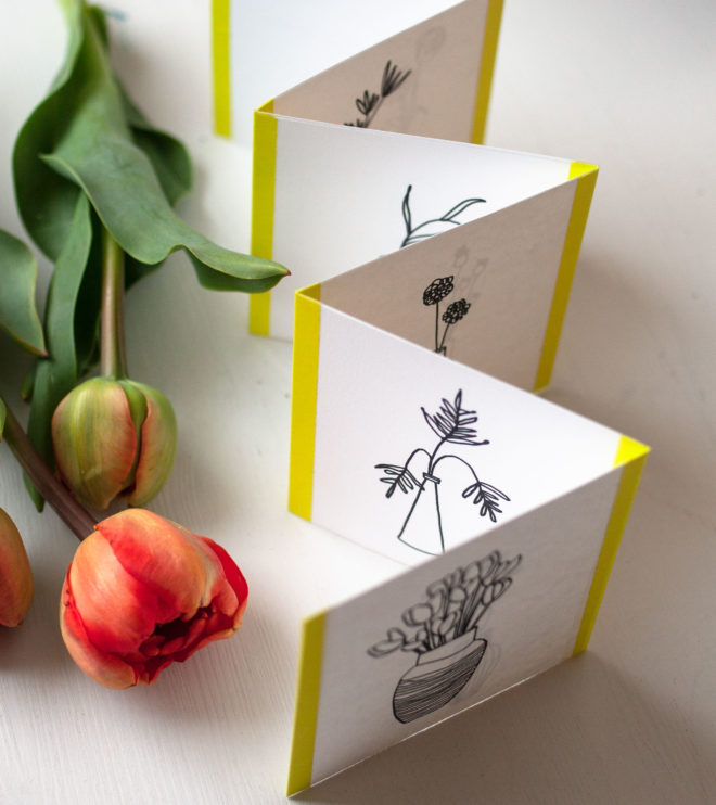 Leporello Faltkarte aufgestellt auf dem Tisch