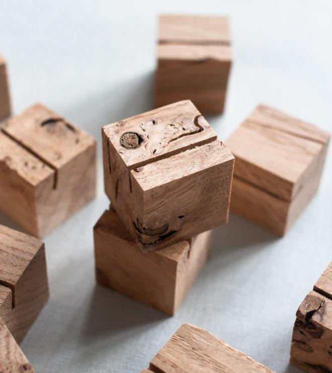 Moderner Kartenhalter aus Holz