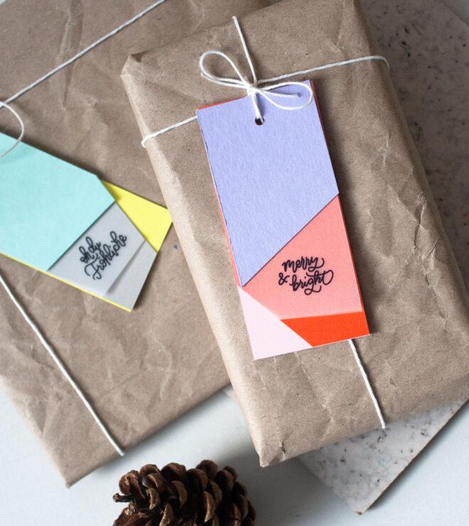 Geschenke verpacken mit modernen Anhänger für Weihnachten